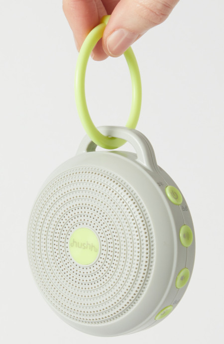 Light and easy to use, this white noise machine reduces disruptions from the outside world.